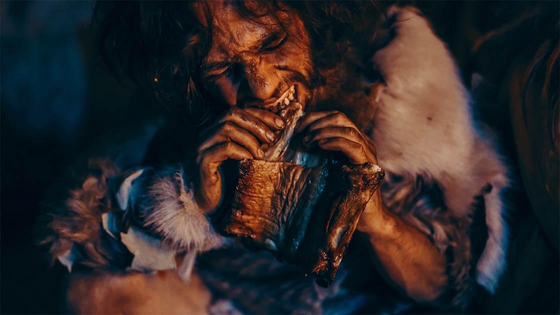 Persona antigua comiendo. Crédito: Gorodenkoff / Adobe Stock