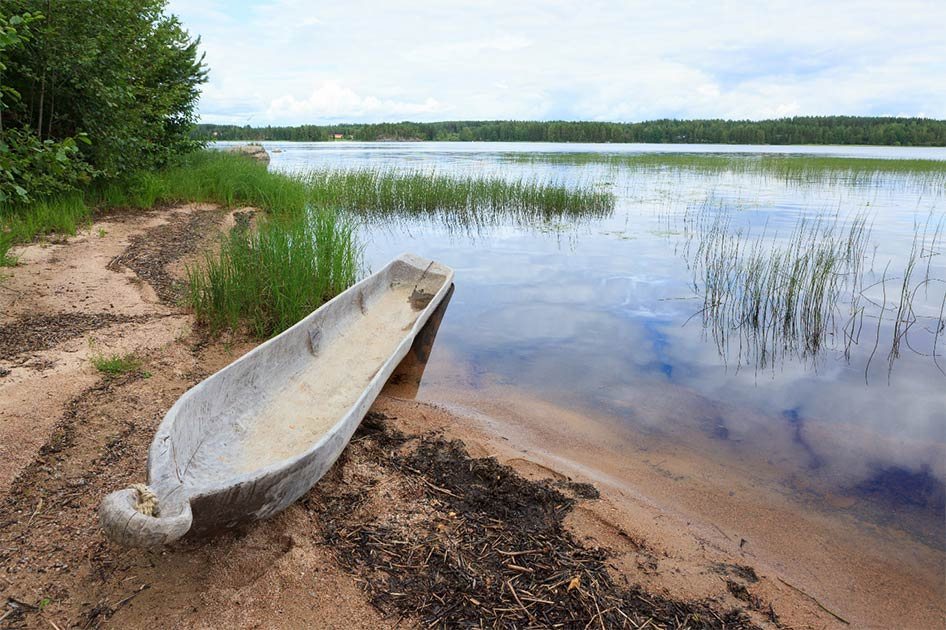 Ejemplo representativo de un antiguo barco de troncos. Fuente: Juhku / Adobe Stock