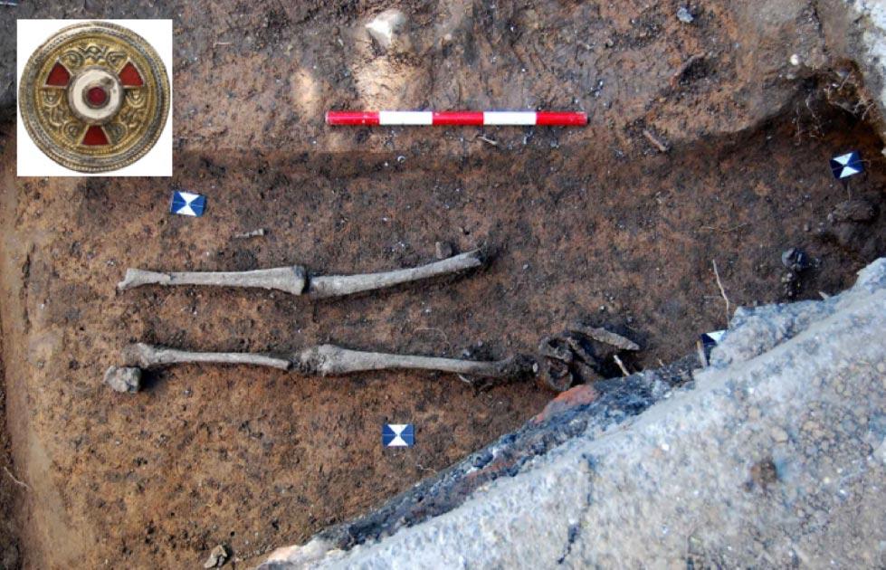 Tumba anglosajona de mujer de alto estatus encontrada con objetos funerarios. Fuente: Canterbury Trust