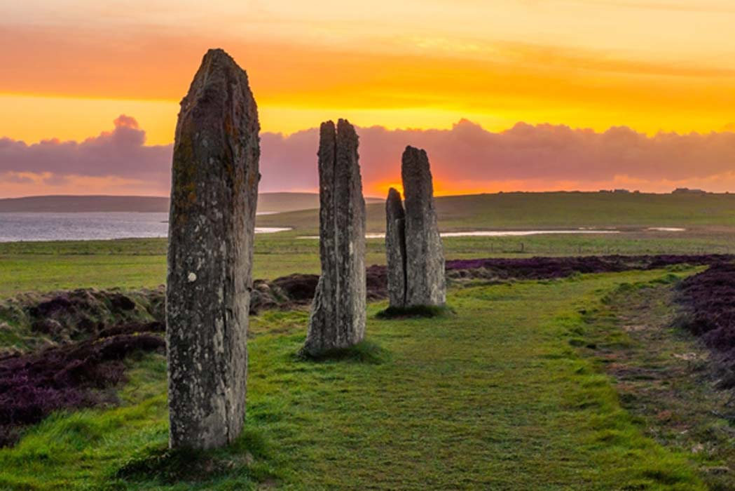 Tres piedras en pie del antiguo y misterioso Anillo de Brodgar
