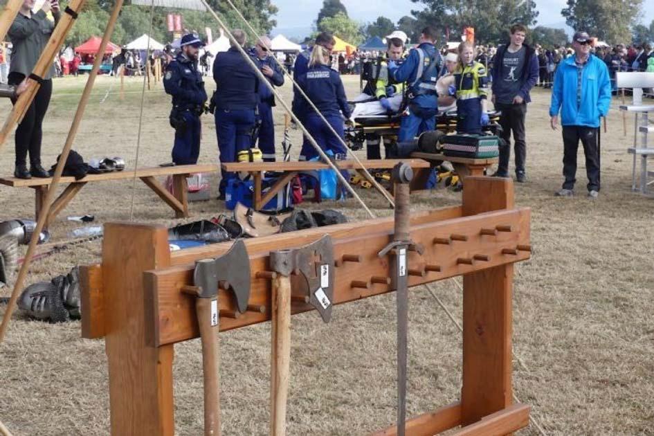 os paramédicos ayudan al hombre en Hawkesbury Showground en Nueva Gales del Sur después de que lo golpearan en la cabeza con un hacha medieval. Crédito: CareFlight
