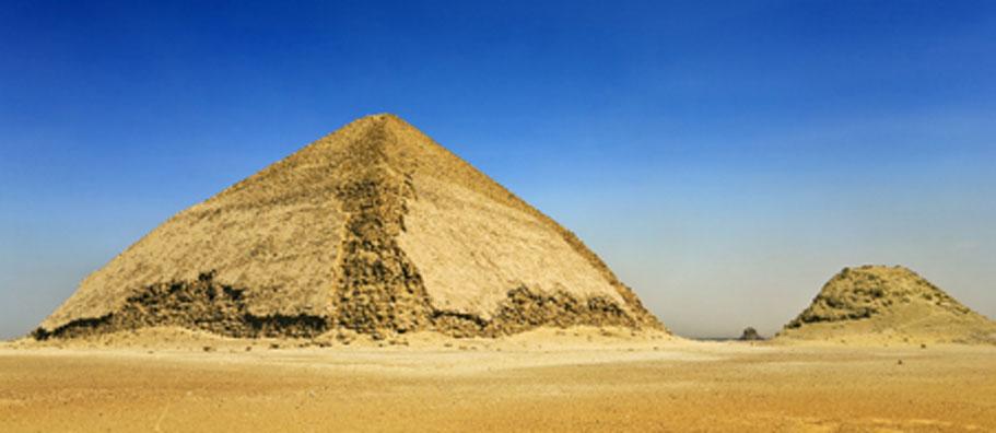 La pirámide doblada en la necrópolis de Dahshur se está reabriendo al público. Fuente: WitR / Adobe Stock