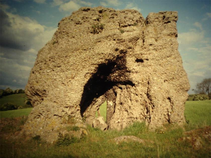 """El arqueoastrónomo británico afirma que la piedra de druida de Blidworth """"podría"""" haber sido alineada deliberadamente con el sol, y que """"puede"""" haber sido una característica central en los antiguos rituales druidas. Pero se necesitan más estudios arqueológicos antes de llegar a conclusiones"""