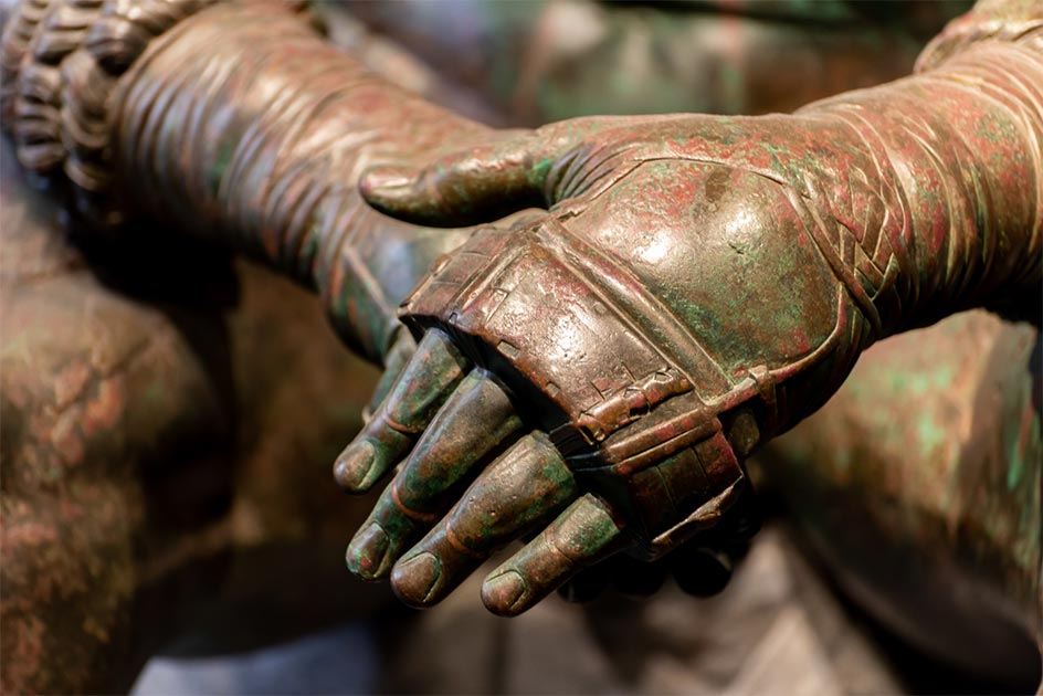 : detalles de una antigua estatua romana de bronce. Crédito: giorgio / Adobe Stock