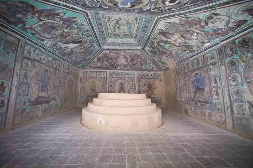 """: Las antiguas pinturas murales dentro del templo de la cueva budista """"Cueva 465"""", ubicado cerca de Dunhuang, a unas 932 millas (1500 km) al oeste de la actual Beijing."""
