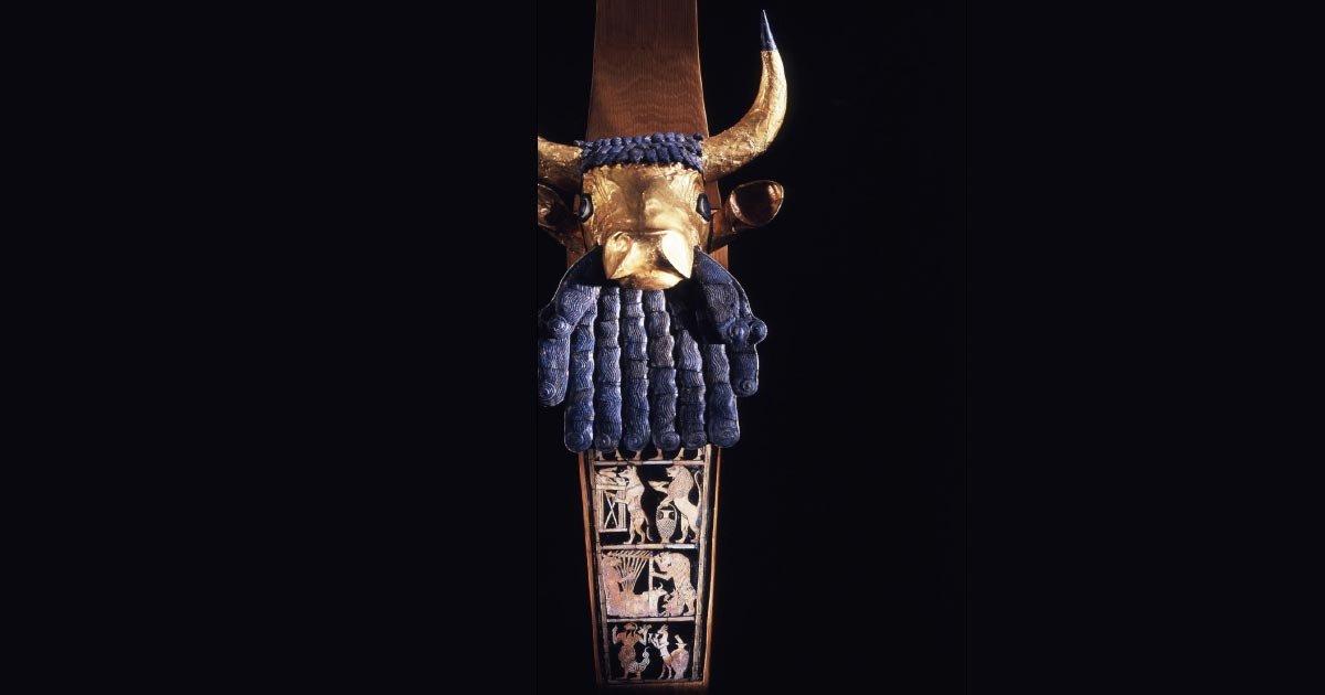 : Izquierda: ángulo frontal de la lira reconstruida con cabeza de toro encontrada en las tumbas reales sumerias de Ur en Mesopotamia, c. 2500 a. C. Fuente: Museo Penn