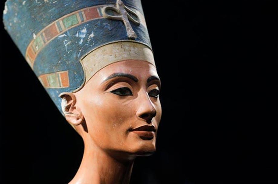 portada: El famoso busto de Nefertiti, descubierto por Ludwig Borchardt, es parte de la colección del Museo Egipcio de Berlín (The Red List)