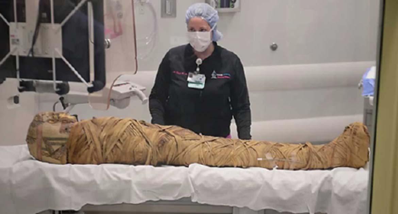 """La momia """"Hen"""" ha sido enviada para una tomografía computarizada del hospital por segunda vez. (Captura de pantalla de Youtube)"""
