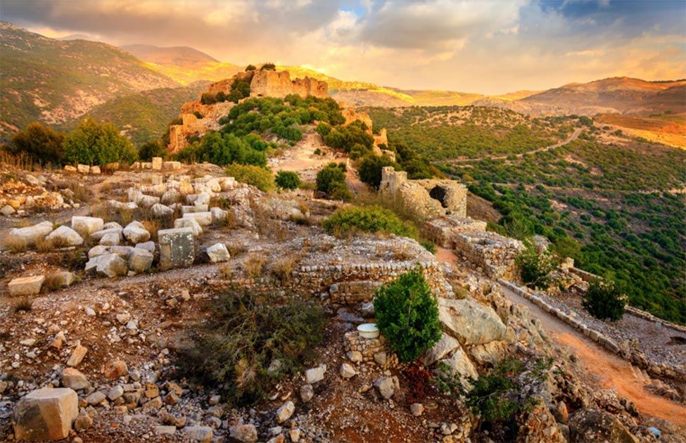 El castillo de Nimrod: restos de un castillo ayyubí medieval ubicado en la ladera sur del monte Hermón, con vistas a los Altos del Golán, iluminado por la luz del sol de la mañana