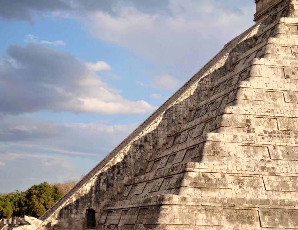 la sombra de Chichén Itzá revelada durante el equinoccio de primavera en Kukulcán. Fuente: George Fery