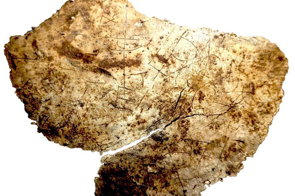 un fragmento del cáliz del siglo V grabado con símbolos cristianos, desenterrado en Vindolanda en Northumberland. Crédito: The Vindolanda Trust