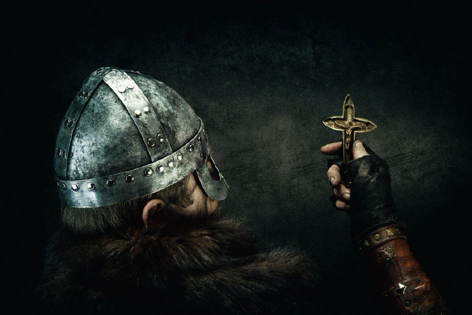 Vikingo con cruz cristiana. Crédito: Warpedgalerie/ Adobe Stock