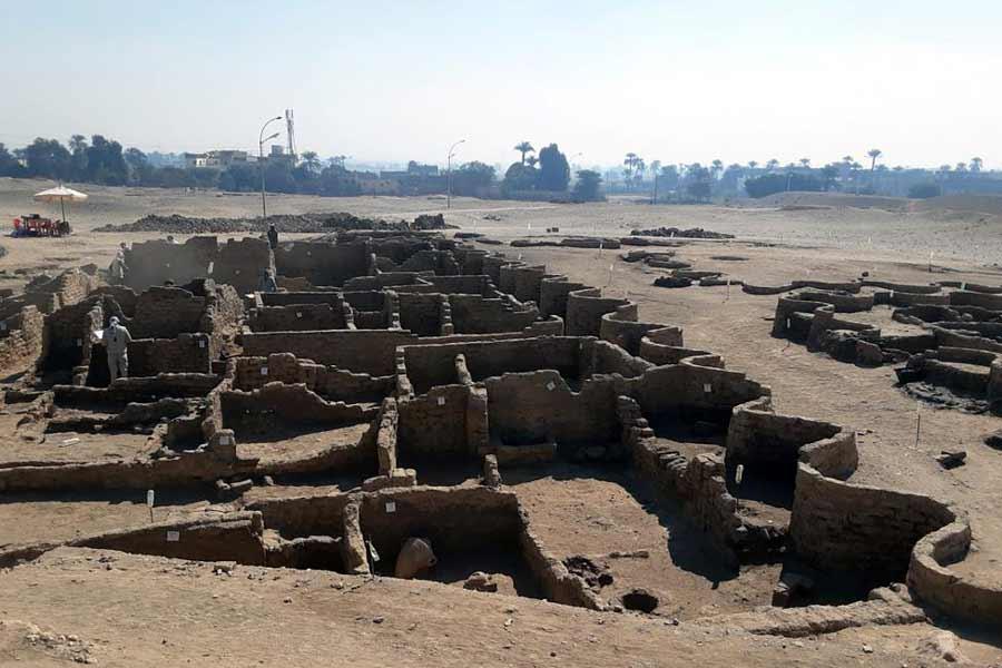 """Ruinas de la """"Ciudad Dorada Perdida"""" descubiertas en Luxor, Egipto."""