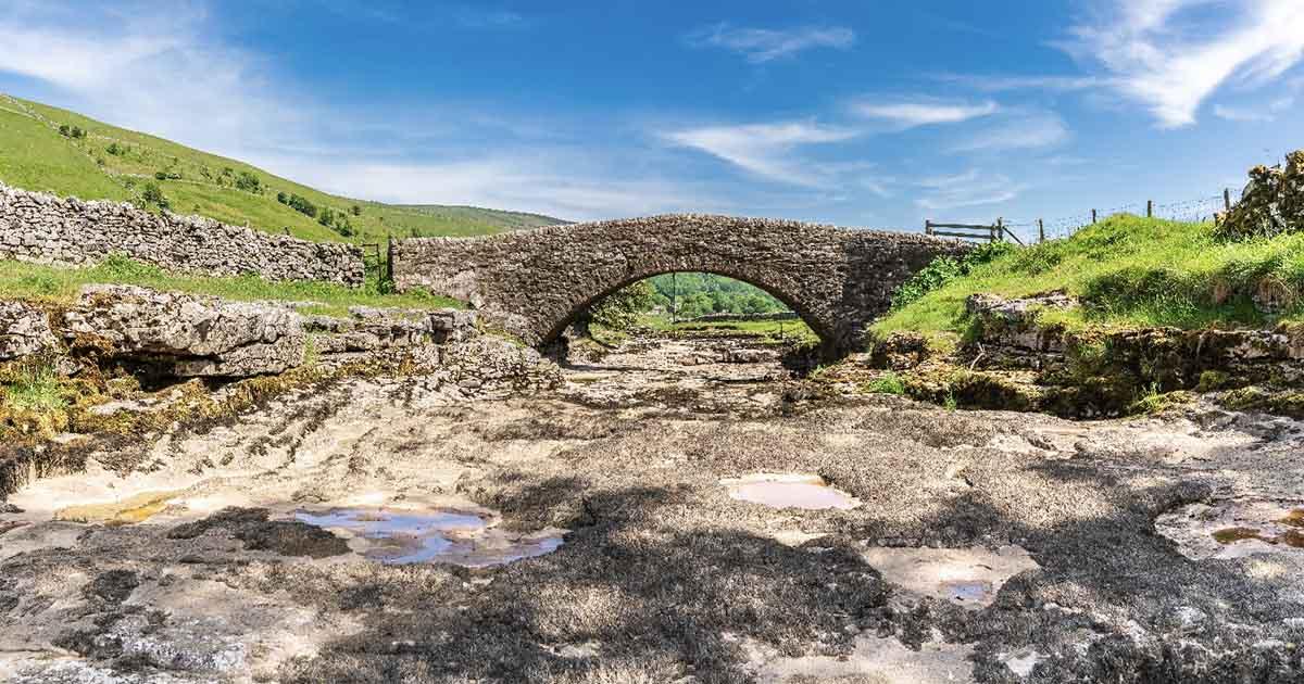 Río seco Skirfare cerca de Litton, North Yorkshire, Inglaterra