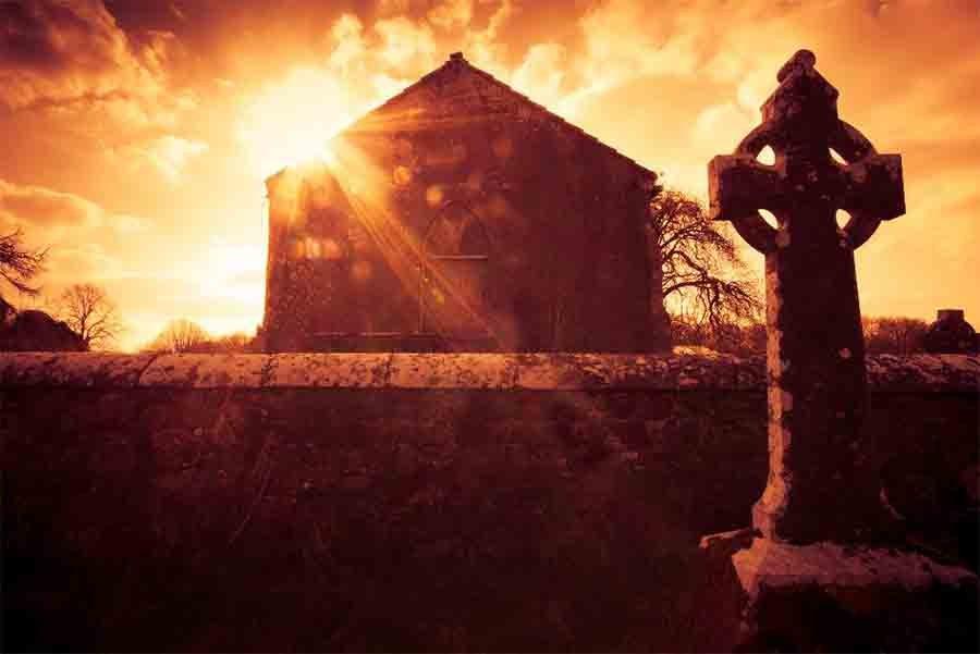 No está claro cuándo surgieron las primeras cruces altas asociadas con el cristianismo celta, pero el culto a los santos fue popular en los siglos V y VI d.C.