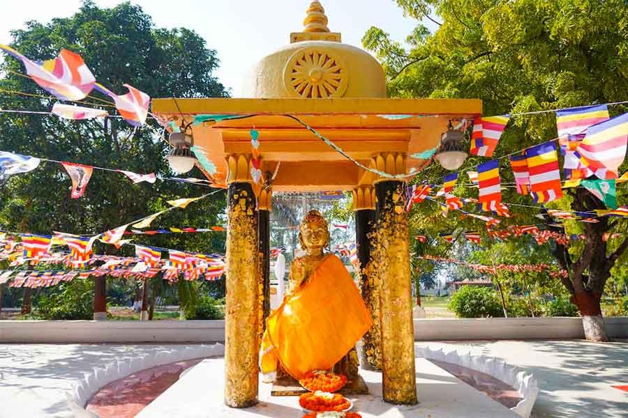 Los primeros gobernantes de la dinastía Haryanka, incluidos Bimisara y su traicionero hijo Ajatashatru, se convirtieron en seguidores del Buda Gautama, que estaba vivo cuando padre e hijo estaban vivos. Esta estatua se encuentra a poca distancia de la cárcel de Bimisara, donde murió. ¡Esencialmente, fue asesinado por su propio hijo!