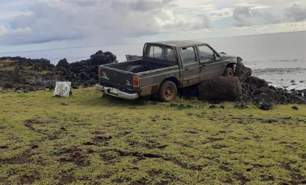 Estatua de moai de la Isla de Pascua destruida por un camión. Fuente: Comunidad Indígena Ma'u Henua