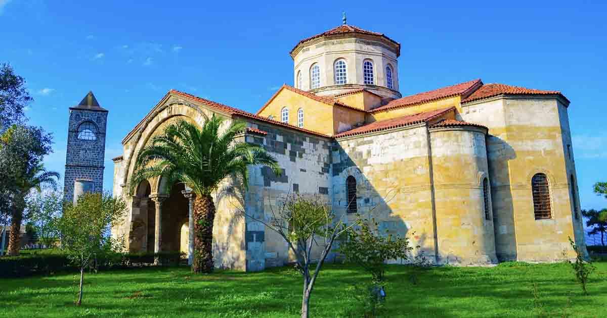 La mezquita y campanario de Ayasofya (originalmente la iglesia bizantina de Santa Sofía de Trebisonda), una antigua estructura sobreviviente en Trabzon, Turquía, la ilustre y poderosa capital del Imperio de Trebisonda.