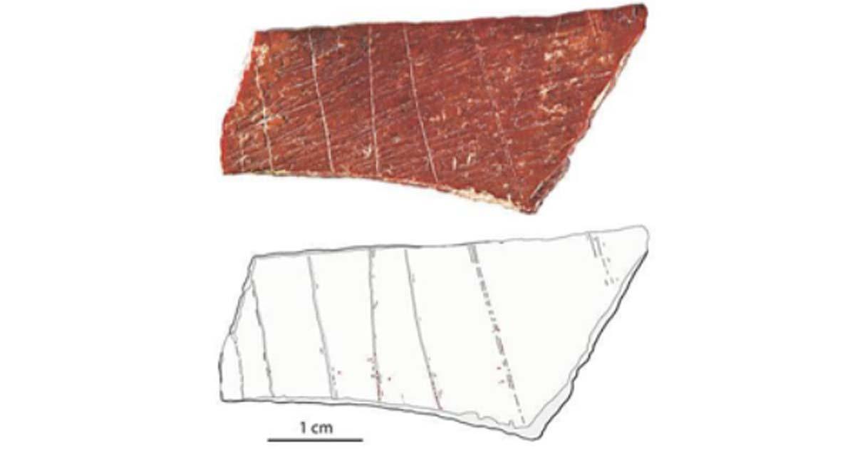 otografía (arriba) y trazado (abajo) de un fragmento de hueso humano grabado encontrado en Lingjing en la provincia china de Henan. Fuente: Francesco d'Errico y Luc Doyon / Fair Use.