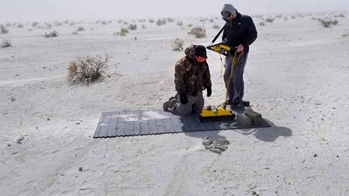 Los investigadores que recolectan datos de GPR de las huellas fantasmas en el Monumento Nacional White Sands en Nuevo México. Fuente: Universidad de Cornell