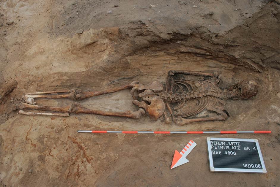Fotografía de un entierro boca abajo, en un cementerio en Berlín, solo uno de los casi cien entierros medievales y posmedievales en Suiza, Alemania y Austria incluidos en el estudio