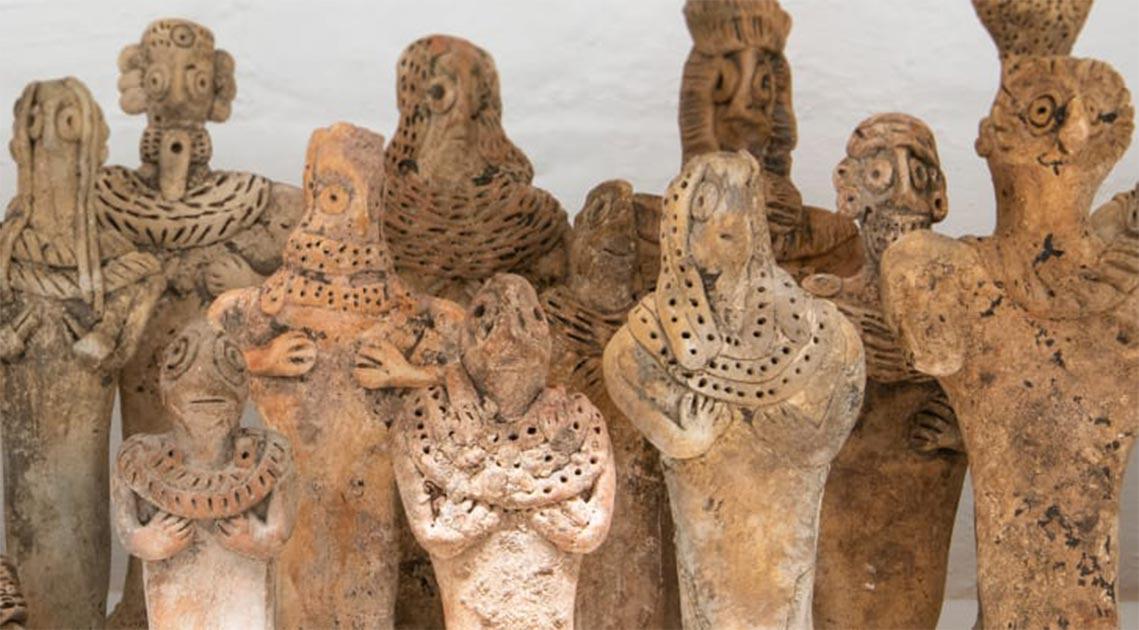 Una colección de artefactos falsos (figurillas) incautados por la aduana en Heathrow. Fuente: Fideicomisarios del Museo Británico
