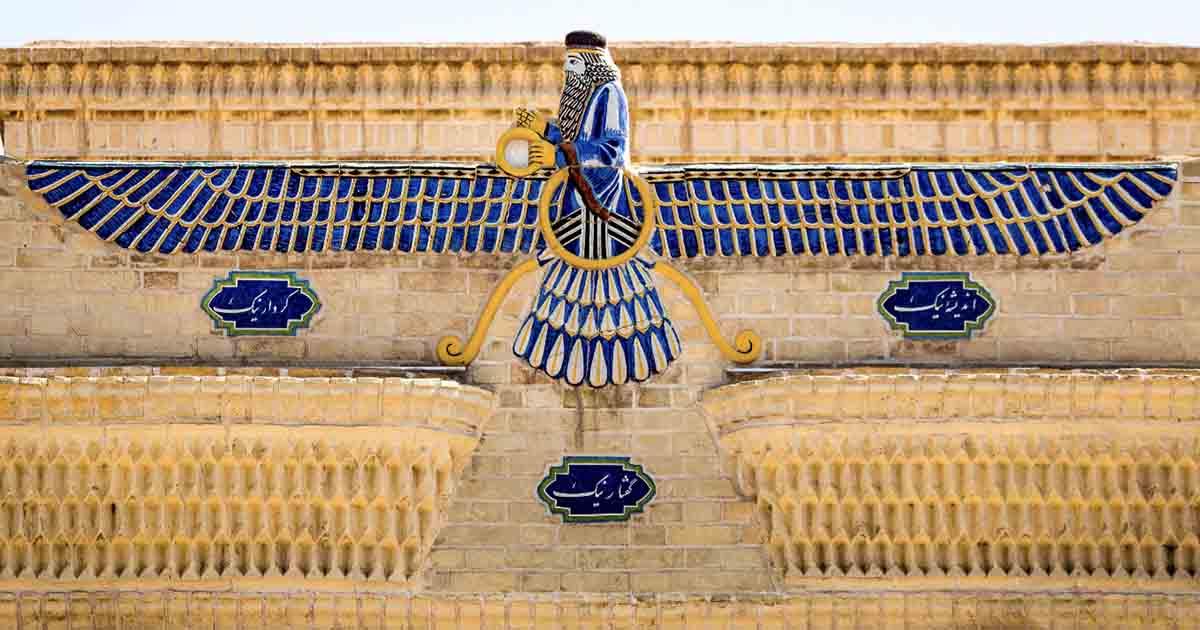 El Faravahar, el símbolo principal del zoroastrismo persa en la parte superior de un templo, pero también un símbolo de la nación de Irán y más.