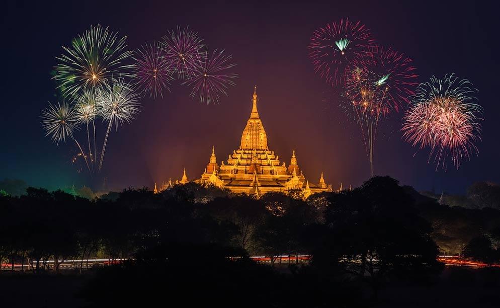 Fuegos artificiales de Año Nuevo sobre un templo dorado. Fuente: CC0