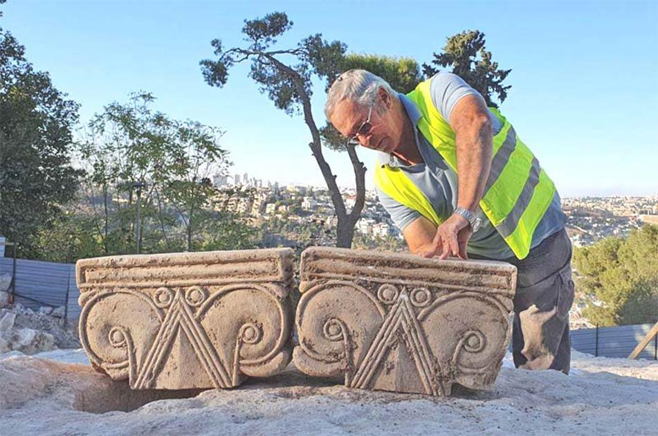 Yaakov Billig, director de la excavación del Paseo de Jerusalén, con los capiteles desenterrados que probablemente formaron parte de un palacio del período del Primer Templo.
