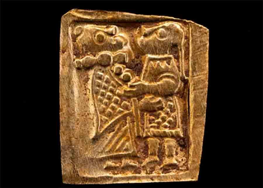 La más completa de las figuras de láminas de oro descubiertas en Aska en Suecia