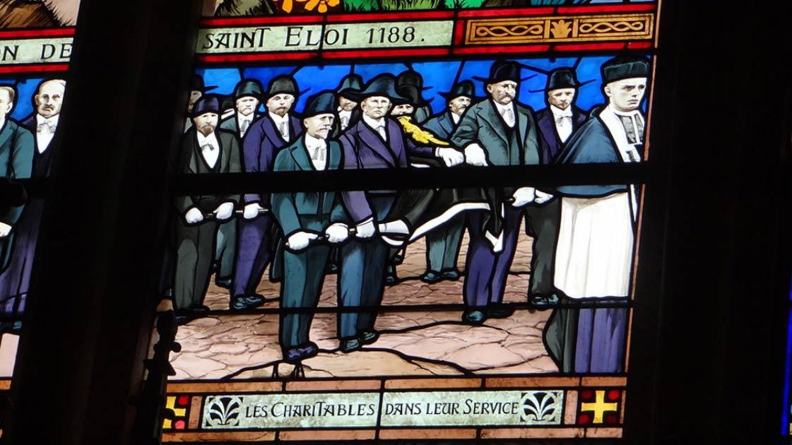 "Vidriera que muestra la hermandad francesa ""Confrérie des Charitables de Saint-Éloi"", en la iglesia de Saint-Vaast, Béthune Fuente: CC BY-SA 3.0"
