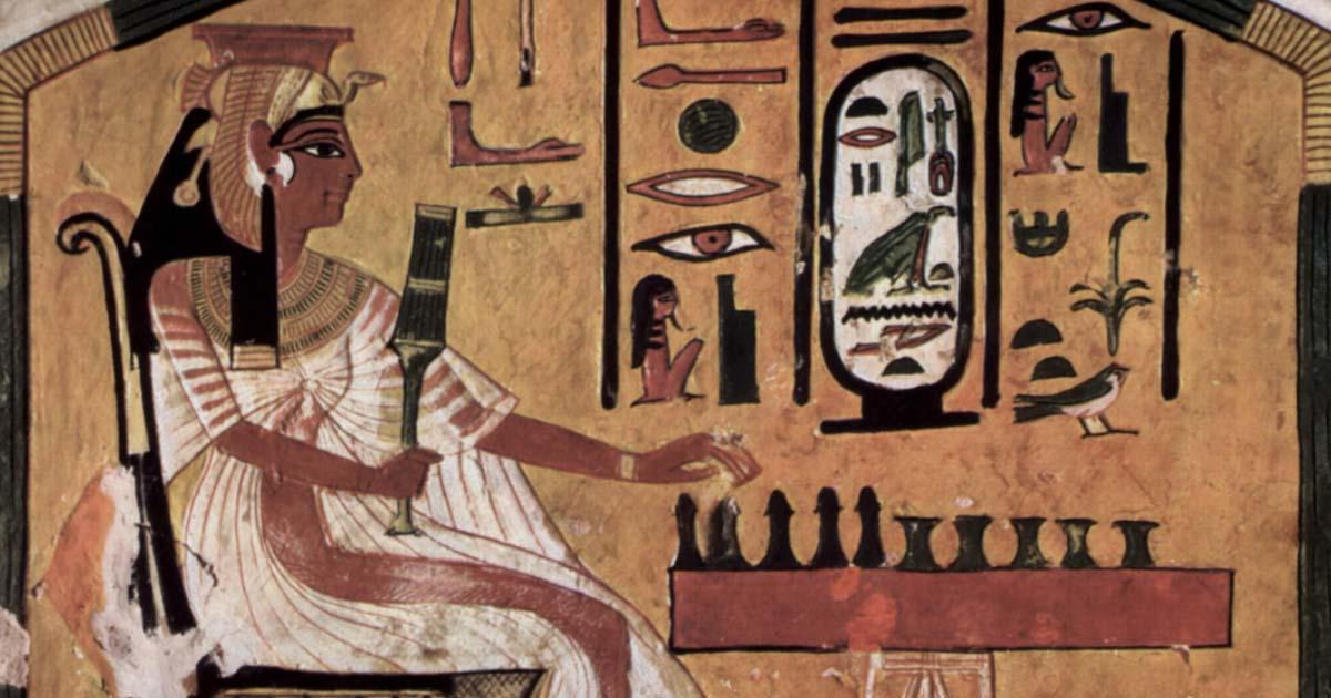 """Representación de una antigua reina egipcia jugando senet (""""juego de la muerte"""") de la cámara funeraria de Nefertari, esposa de Ramsés II. Fuente: dominio público"""
