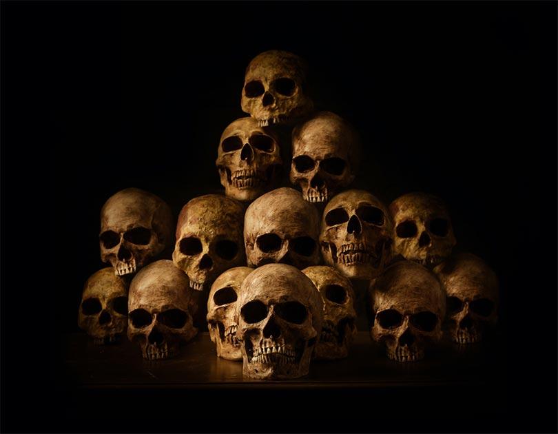 Representación de genocidios con foto de cráneos humanos apilados. Fuente: papi8888/ Adobe stock.