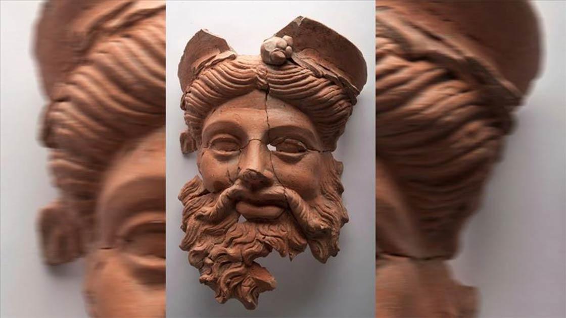 La máscara de dios griego de Dionisio desenterrada recientemente en una antigua cocina de Lidia en el oeste de Turquía