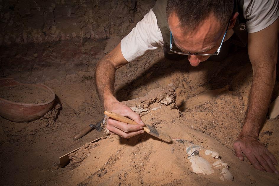 La imagen muestra el trabajo de excavación del Proyecto Qubbet-el Hawa de la Universidad de Jaén, durante el cual se han descubierto evidencias de un antiguo tratamiento ginecológico.