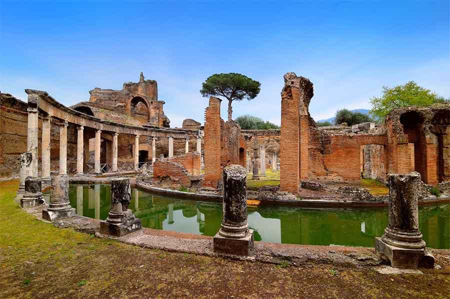 El Teatro Marítimo de la Villa de Adriano, que le sirvió como alojamiento privado, está rodeado por un foso de mármol. Fue en esta área donde los arqueólogos descubrieron recientemente el área de desayuno de Adriano.