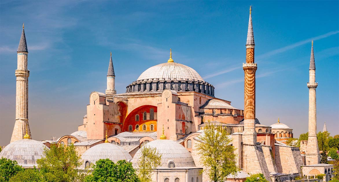 El mundialmente famoso museo Santa Sofía de Estambul se convertirá en una mezquita a tiempo completo en julio de 2020 Fuente: romas_ph / Adobe Stock
