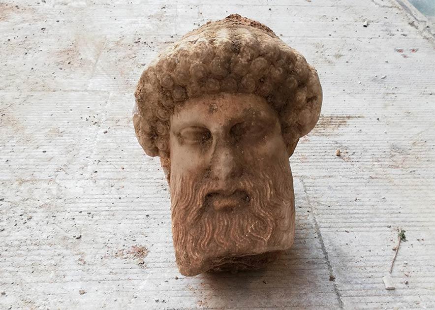 El Ministerio de Cultura griego ha anunciado que un antiguo busto de Hermes, que se dice que tiene más de 2.300 años, fue desenterrado el viernes pasado en Atenas en sorprendentemente buenas condiciones.