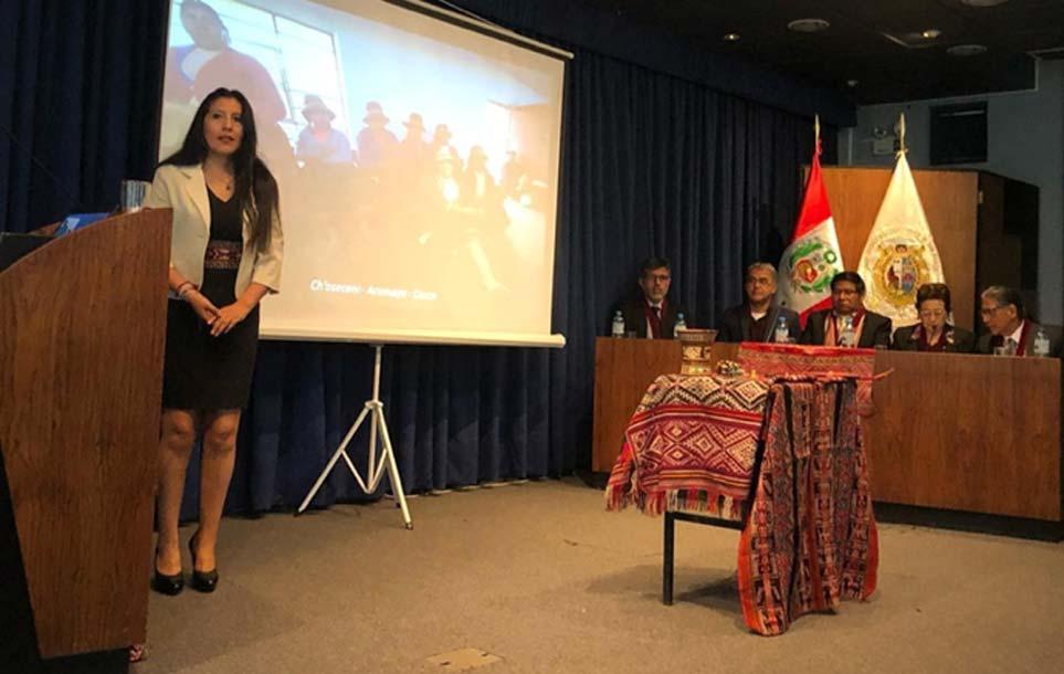 Roxana Quispe Collantes es la primera persona en presentar y defender su tesis en quechua. Fuente: Facultad de Letras y Ciencias Humanas - UNMSM