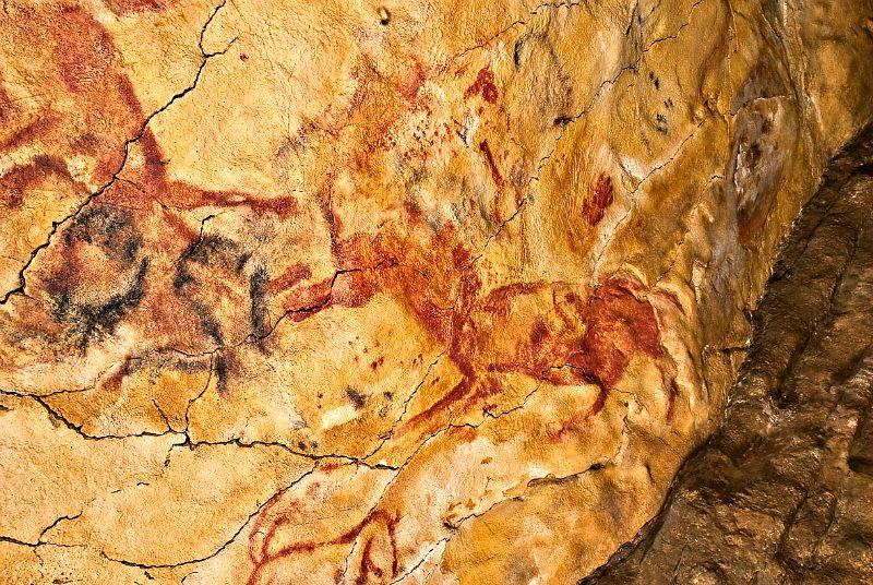 Pintura rupestre de las Cuevas de Altamira en la que se observan manos humanas en negativo junto a un caballo (Wikimedia Commons)