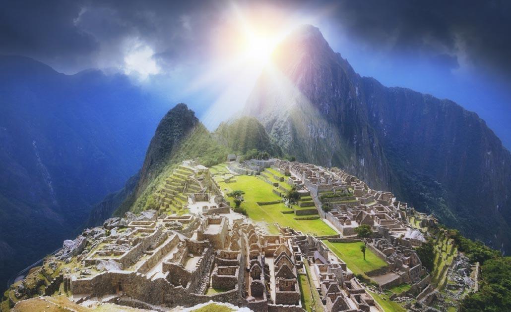 rayos de sol dorados en Machu Picchu del Imperio Inca. Fuente: Creuxnoir/ Adobe Stock.