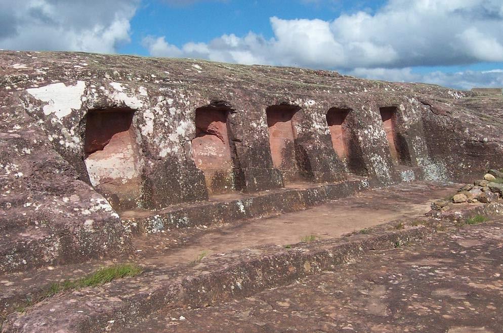 Nichos tallados en la roca en El Fuerte, Bolivia. (CC BY-SA 3.0)