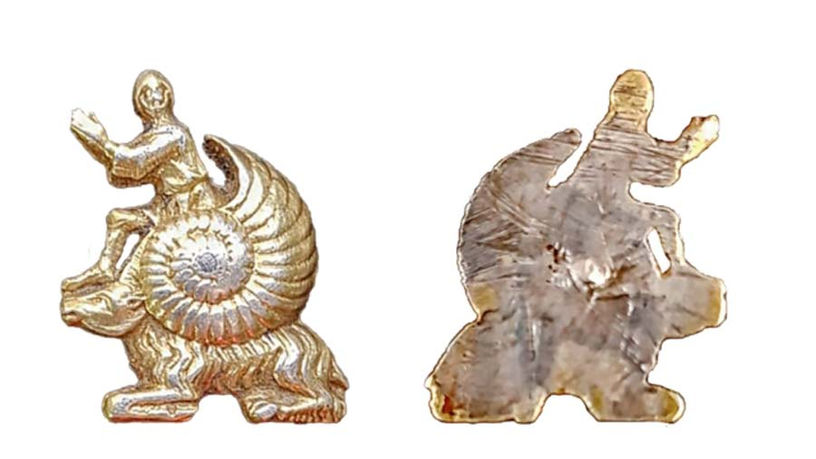 La insignia medieval plateada dorada del 'hombre caracol' encontrada el año pasado en West Yorkshire, Reino Unido.