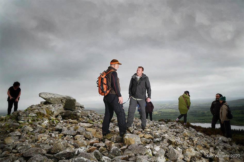 Michael McDonagh, Jefe de Monumentos Nacionales, inspeccionando el daño en Ballygawley, un famoso sitio neolítico irlandés. Fuente: paisajes neolíticos de Sligo