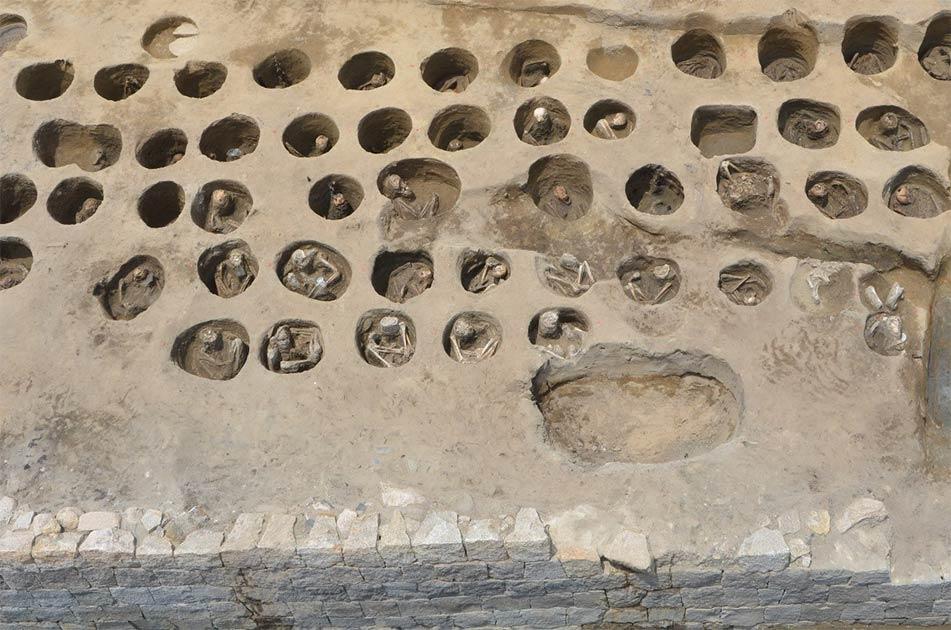 tumbas circulares descubiertas en la parte sur del cementerio japonés de Umedahaka en el distrito de Kita de Osaka