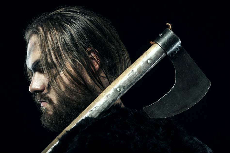 el recreador de batalla medieval defendió su hogar usando un antiguo hacha de batalla. Fuente: alexmina / Adobe Stock.