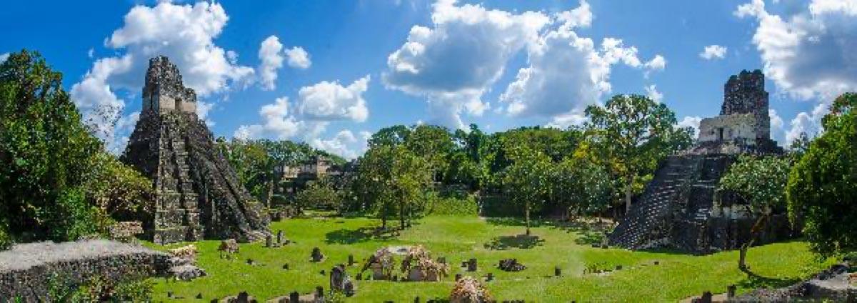 vándalos tallados en graffiti en un famoso templo maya, la pirámide del Templo II de Tikal en Guatemala. Fuente: Simon Dannhauer / Adobe Stock