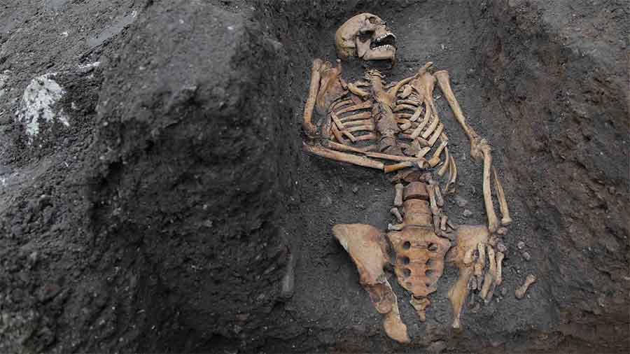 Los restos de un individuo enterrado en el convento agustino. Imagen tomada durante la excavación en 2016.
