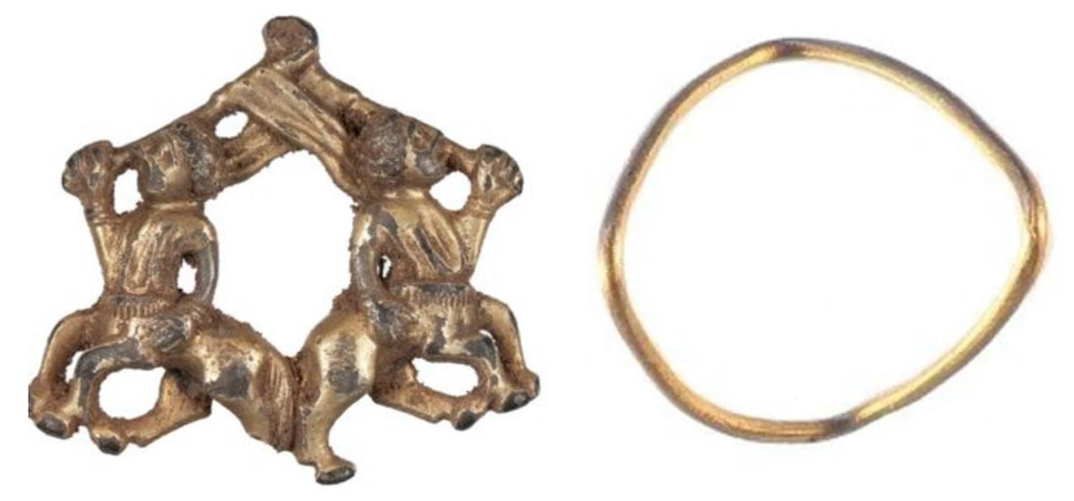 La Edad del Hierro y joyas medievales desenterradas en Shropshire, Inglaterra. Izquierda: el broche medieval con centauros. Derecha: el anillo de oro de la Edad del Hierro. Fuente: Esquema de antigüedades portátiles del Museo Británico
