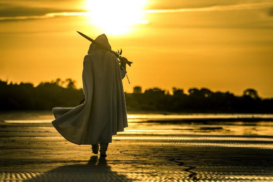 Representación de un caballero medieval caminando por una playa. Crédito: bint87/ Adobe Stock